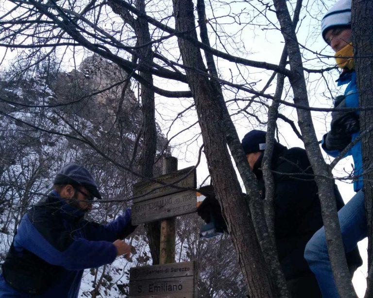 Volontari GAM all'opera per la posa di nuovi segnavia