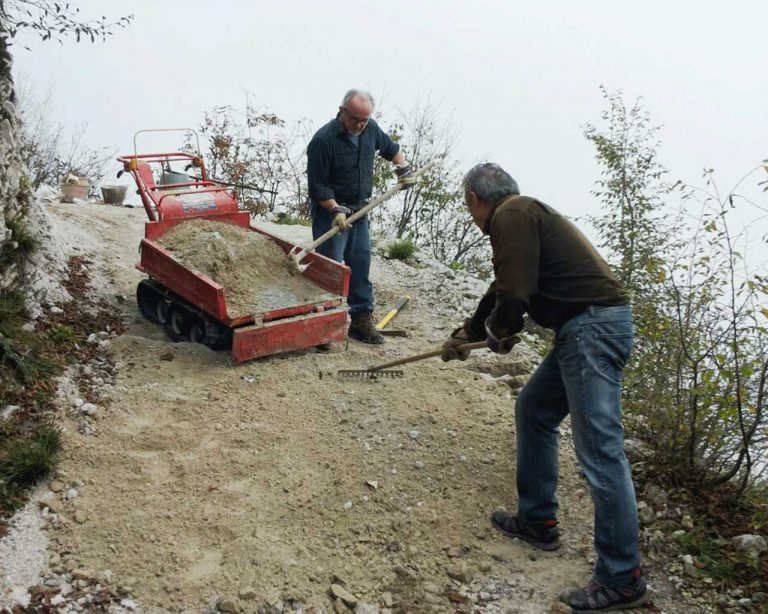 Due volontari GAM mentre sistemano l'ultimo tratto di strada sterrata della Passata prima del santuario