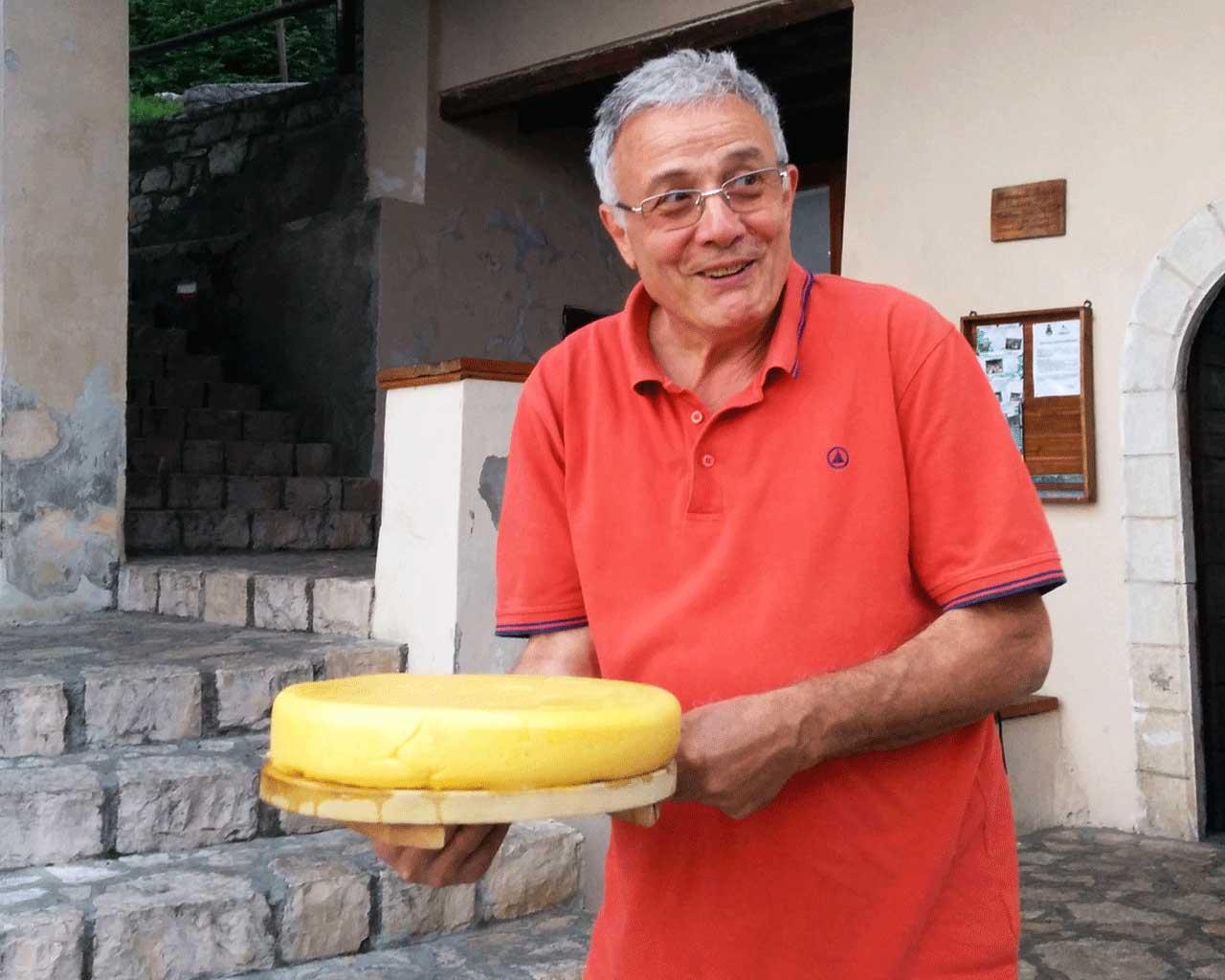Il volontario Gianpietro pronto a servire la polenta