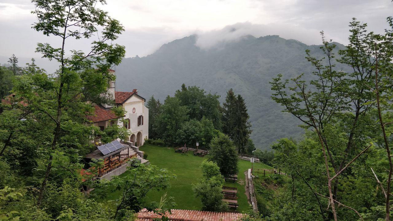 Scorcio di santuario e piazzale erboso dall'alto