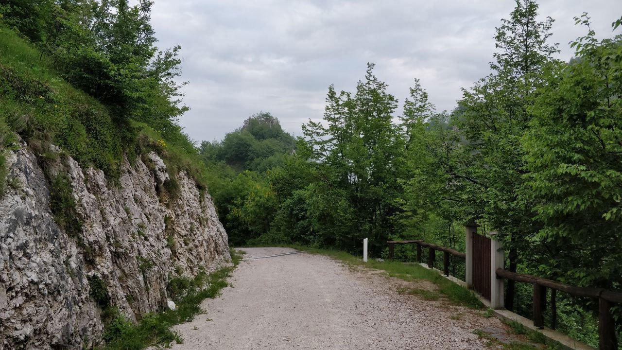 Strada sterrata di montagna in discesa